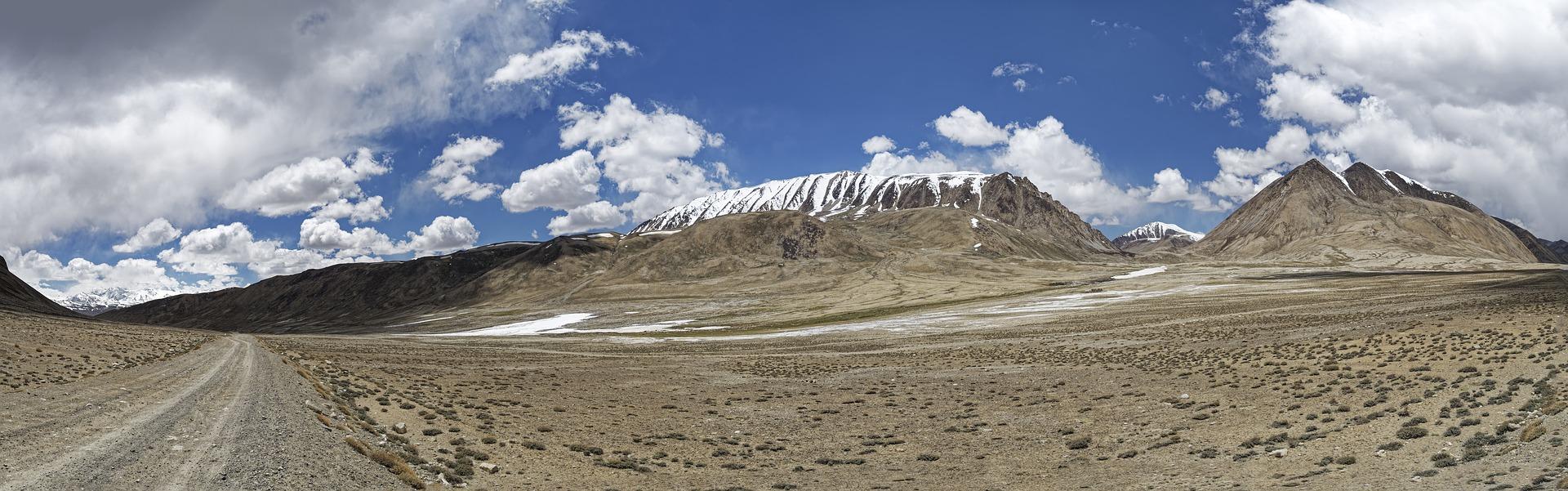Staubige Straße durch die Berge des Hindukuschs